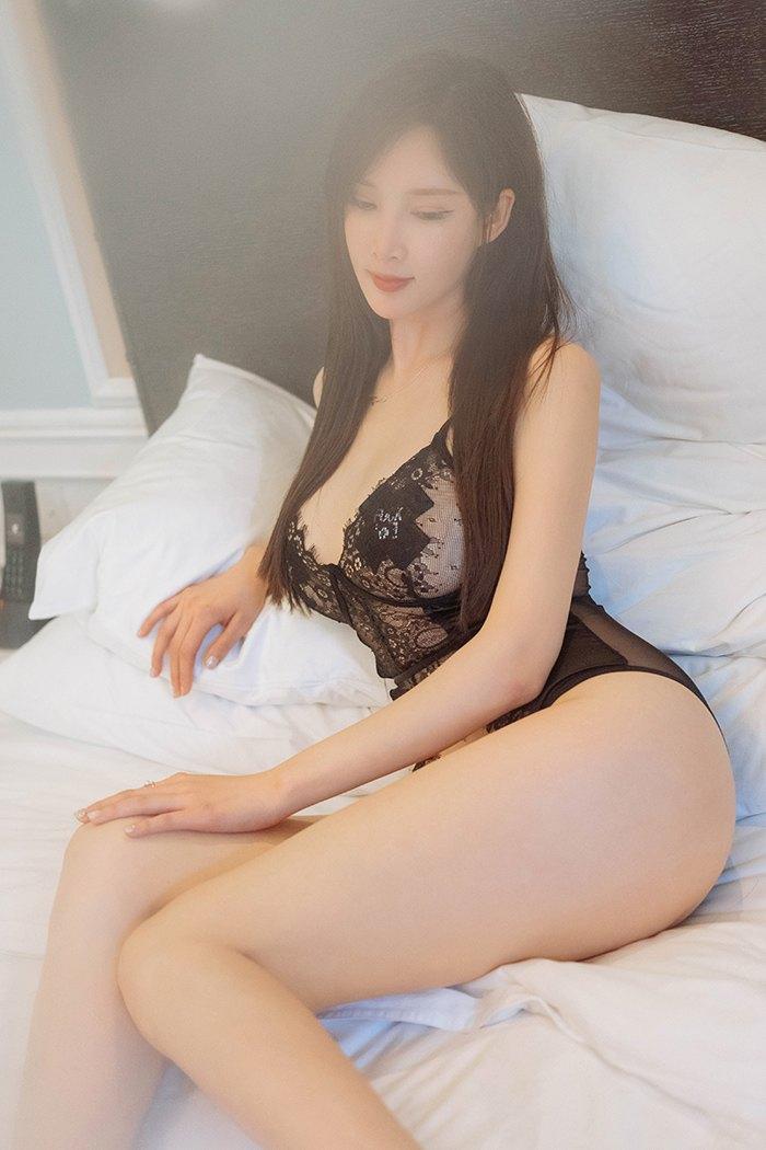 饥渴女神周妍希蕾丝睡衣等你上位