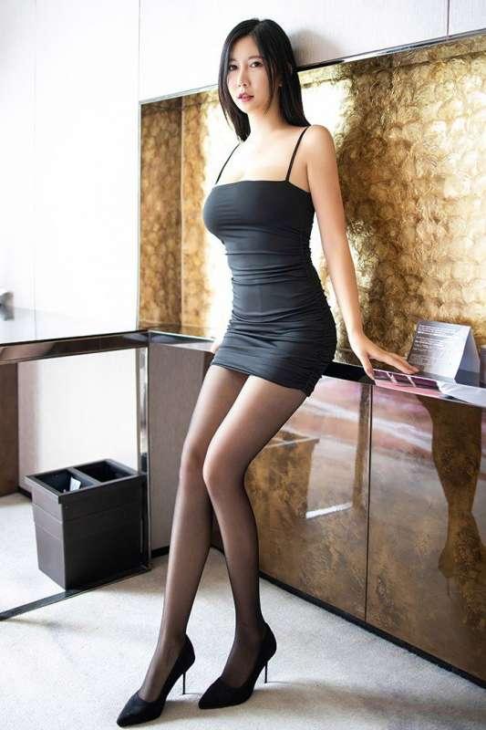 亲密娇娘李雅手托巨乳大秀丝滑美腿