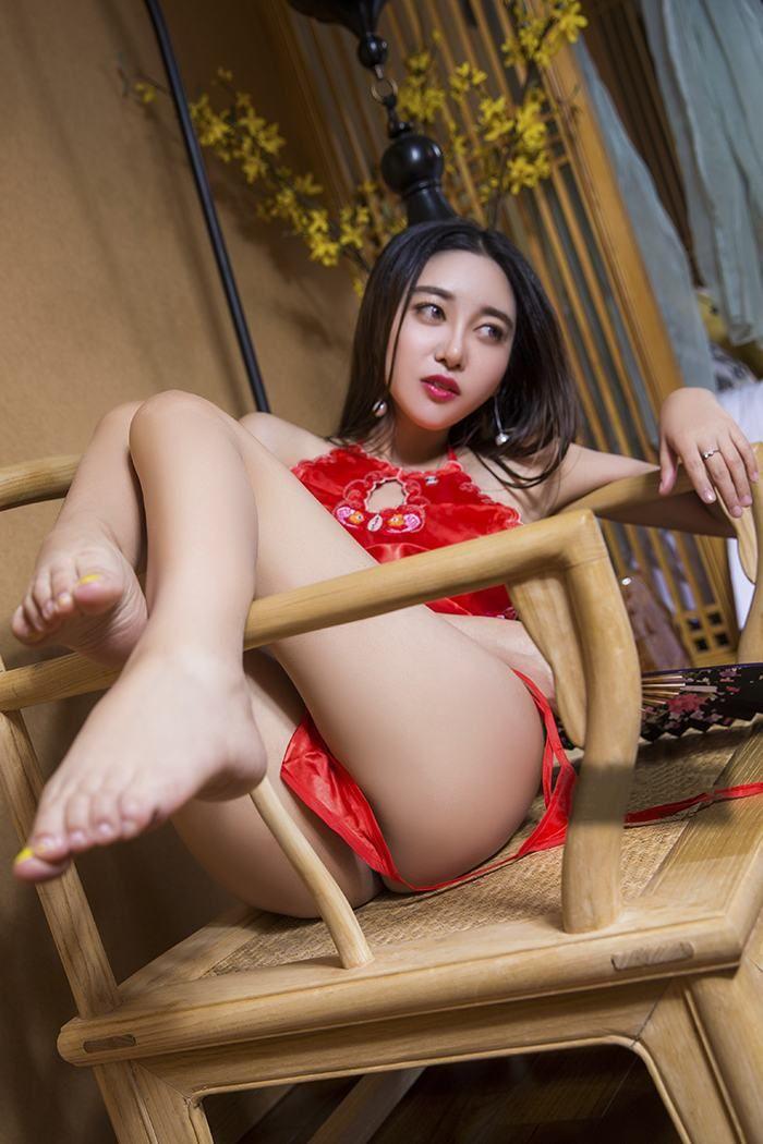 穿红肚兜的性感美女眼神迷离魅惑
