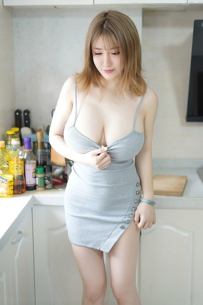 奶牛娇娘周大萌吊带裙秀白皙爆乳