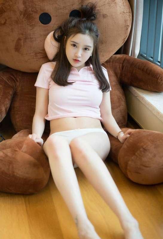 清纯小美女酥胸半露一对白嫩美乳又大又圆